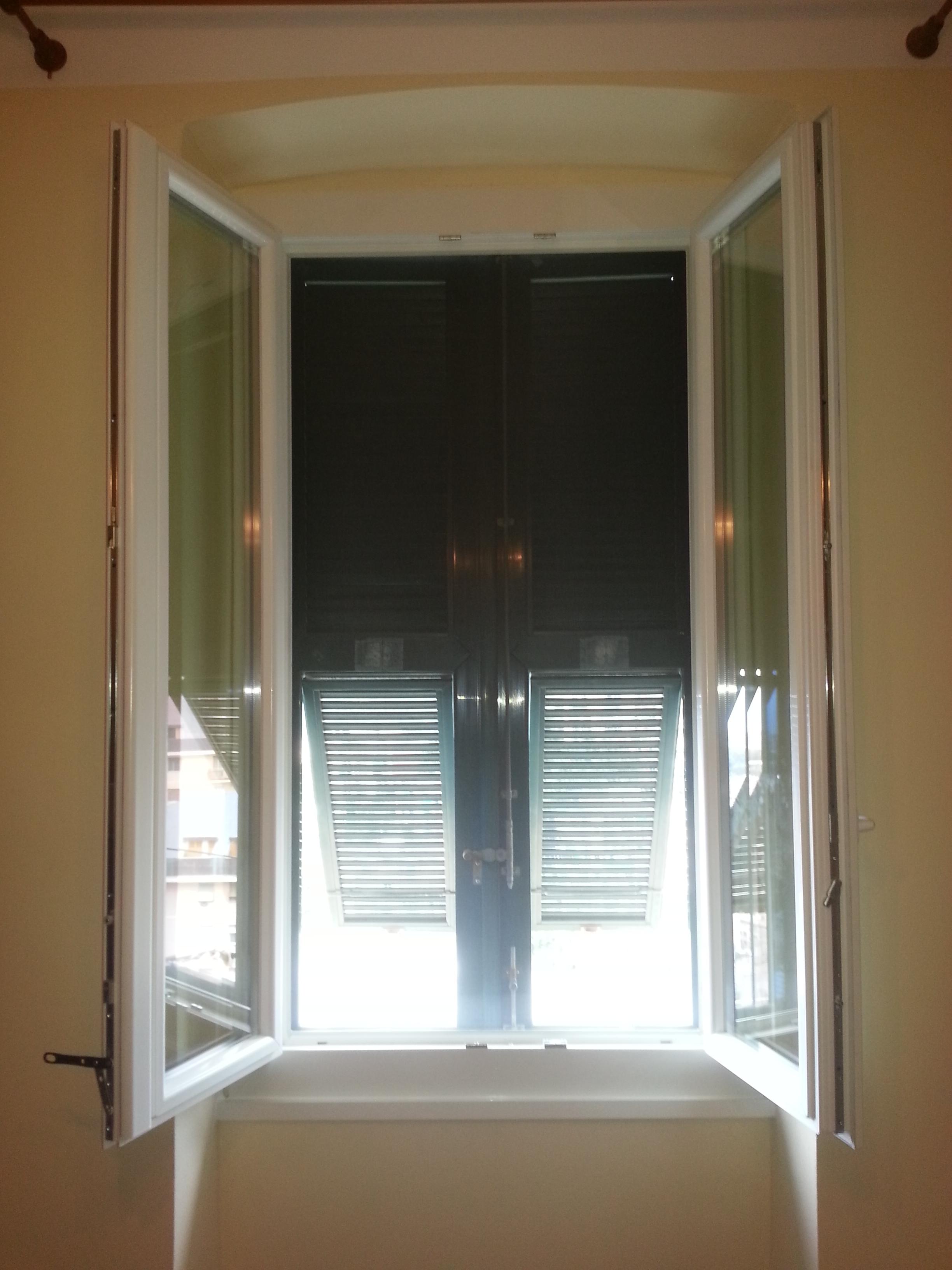 Nostri lavori finestra in pvc infissi genova garrone for Finestra antica aperta