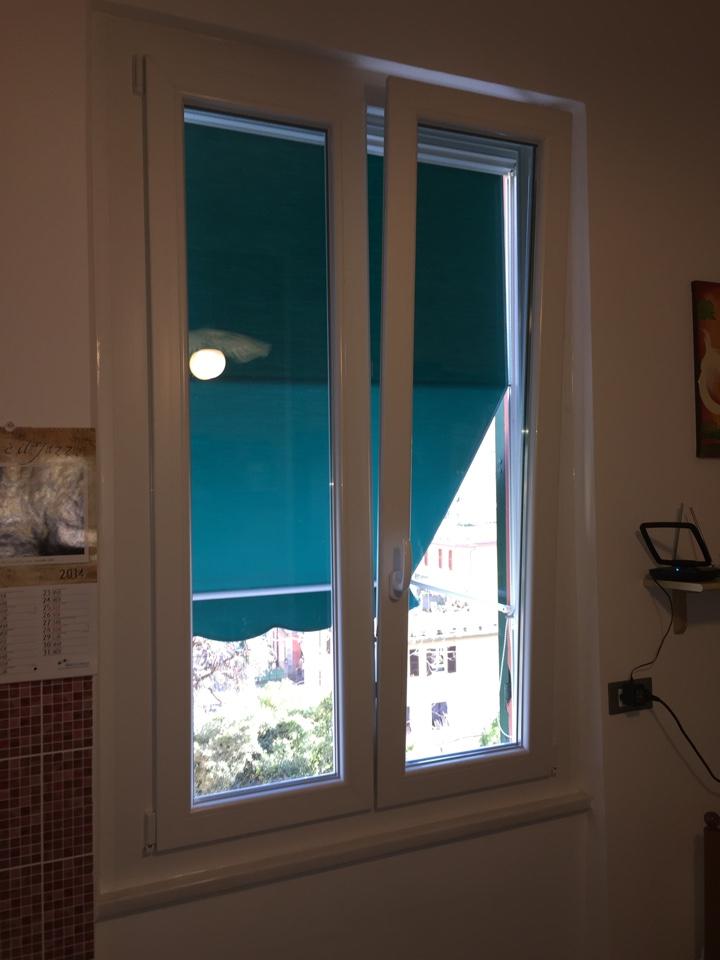 Nostri lavori finestra in pvc con tenda da sole infissi genova garrone serramenti - Tenda per porta finestra ...